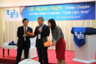 UB item raffle led by Dr. Chulwoo Kim, President, UB Alumni Korea Chapter.