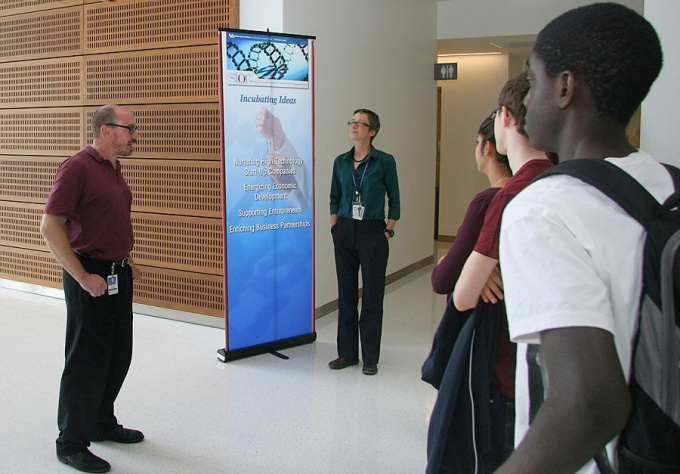 Jeanette Sperhac and Rich Karalus lead students on tour of CTRC