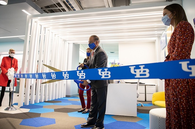 President Satish Tripathi cuts the ribbon opening the new incubabor space at the Center of Excellence in Bioinformatics and Life Sciences.