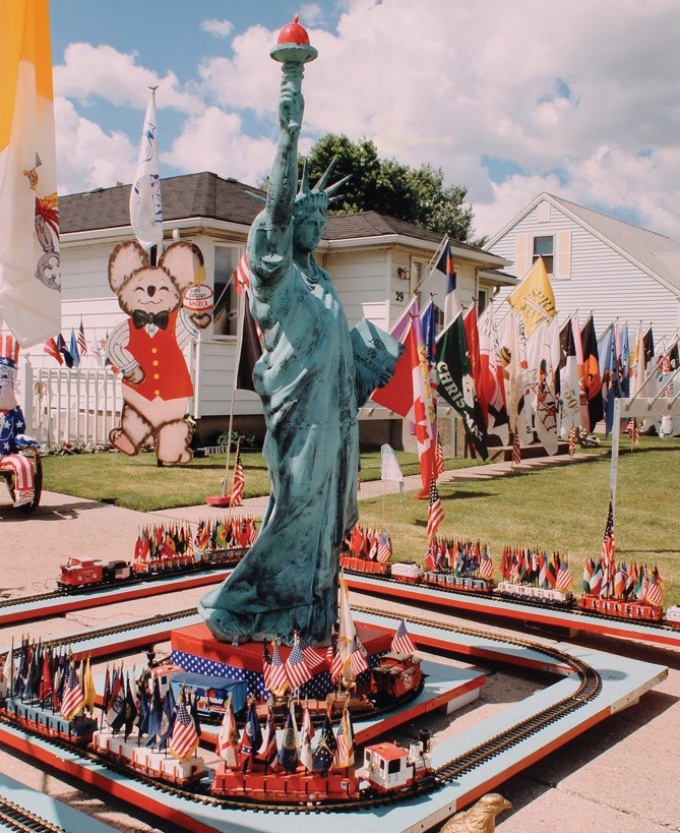 "A detail of ""Statue of Liberty, Ed Krier's Independence Day Display, Cheektowaga, NY"" (1998)."