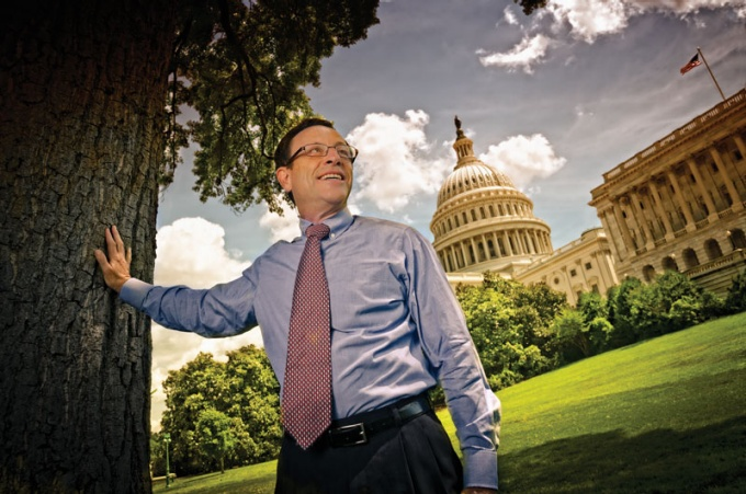 Scott Slesinger posing in front of the U.S. Capitol Building.