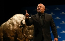 Daymond John speaks to the speakers series audience.