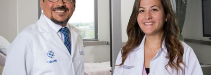 Roberto Diaz Del Carpio, MD, MPH, mentors Sarah Sadek, MD, as she gains valuable longitudinal patient care experience in her continuity clinic.