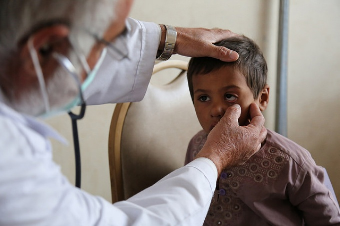 Doctor examines a child, World Bank Ishaq Anis, 2015, Unmodified.